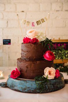 E bolo de casamento pode ser de chocolate? Pode sim, senhor! Decorado com flores deu o ar romântico que o evento pede, e sem palavras, quanto delicioso parece.