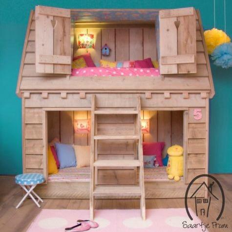 Agora uma casinha mesmo, com direito a cama, beliche, espaço pros brinquedos, um sonho de tão linda!