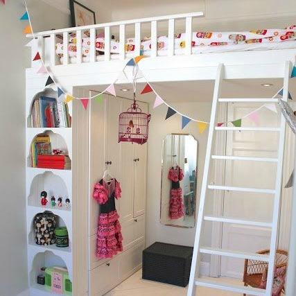 Um sonho infantil, você dormir no beliche de cima, sem ter necessariamente um beliche. A parte boa é que economiza espaço no quarto, usando o espaço como guarda-roupa.