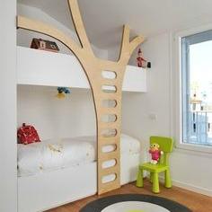 Num design bem moderno, esse é um beliche ao contrário do que vimos antes. A cama fica embaixo, e a escada super moderna em formato de tronco de árvore leva para os brinquedos, que ficam em cima!
