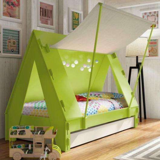 Cama acampamento! Que menino não queria acampar todos os dias? Nessa cama básica fez-se uma cobertura muito legal, com entrada estilo tenda. Eles ama cabana.