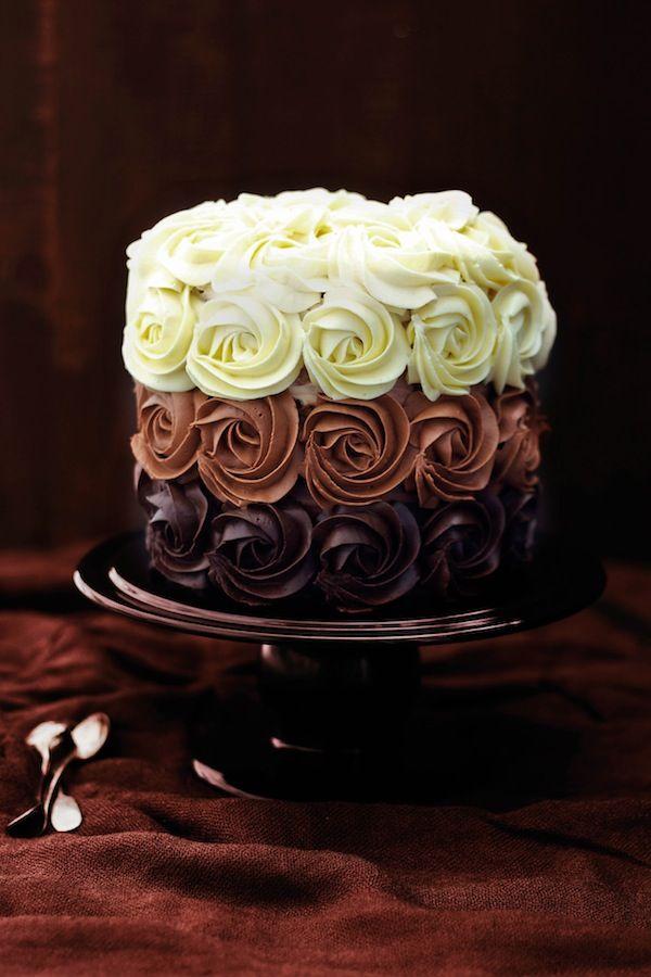 O mix desses 3 tipos de chocolate deixou esse bolo, que já tem um modelo perfeito muito mais suculento.