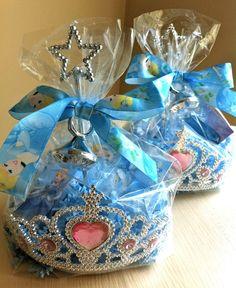 Um dos temas preferidos das meninas, Princesas, a lembrancinha pode ser uma sacolinha de celofane cheia de artigos de verdadeiras princesas, como coroa e varinha, elas vão amar!!