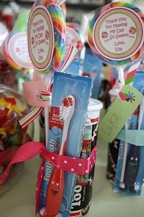 Essa festa tinha como tema doces, mas pode ser usada em qualquer uma, que a sua sacolinha venha recheada de doces, colocar também uma escova de dentes! Pras crianças lembrarem que precisam escovar após tantas guloseimas. Também fica a dica para um kit higiene, como lembrancinha.