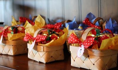 Essa além de poder ser usada na festa da Branca de Neve, como na foto, fica lindo também numa festinha da Chapeuzinho Vermelho ou PicNic. A cestinha substitui a sacolinha com muito charme.